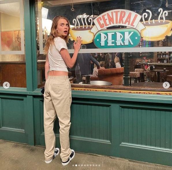 Cara Delevingne delante del Central Perk