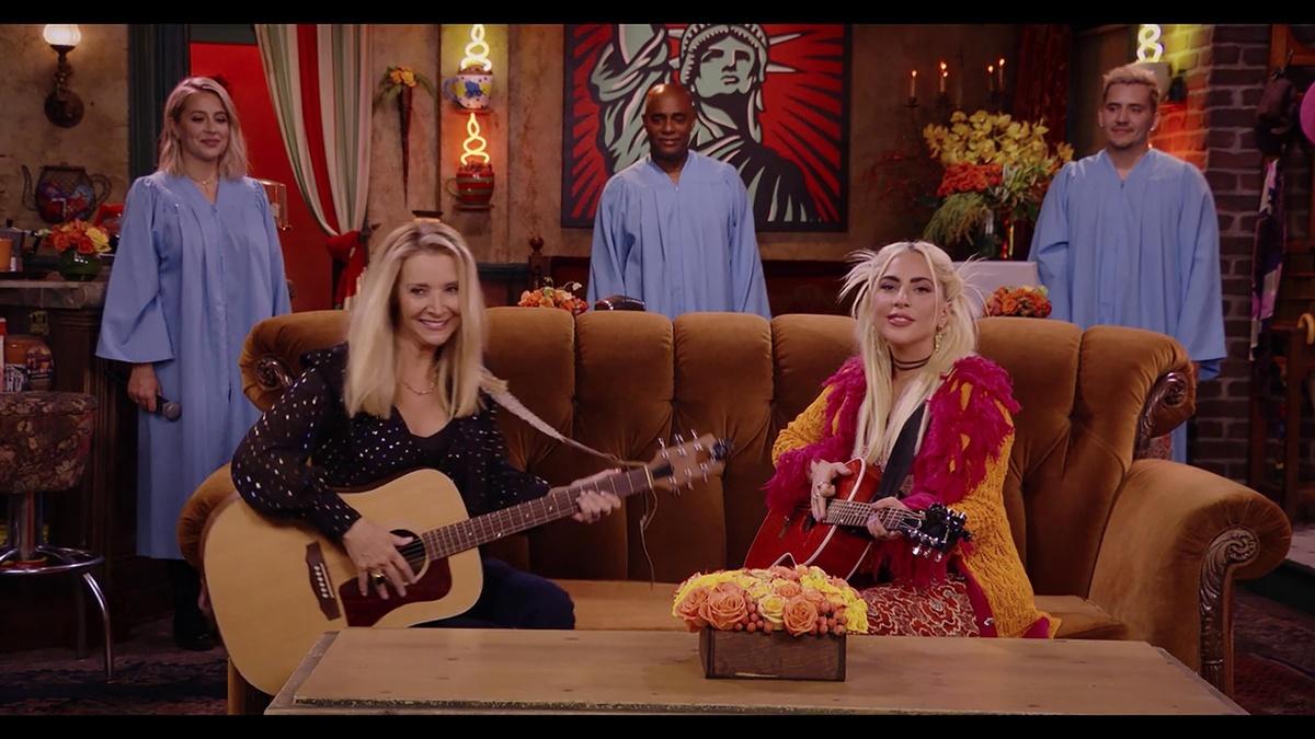 Lady Gaga, Lisa Kudrow y un coro gospel