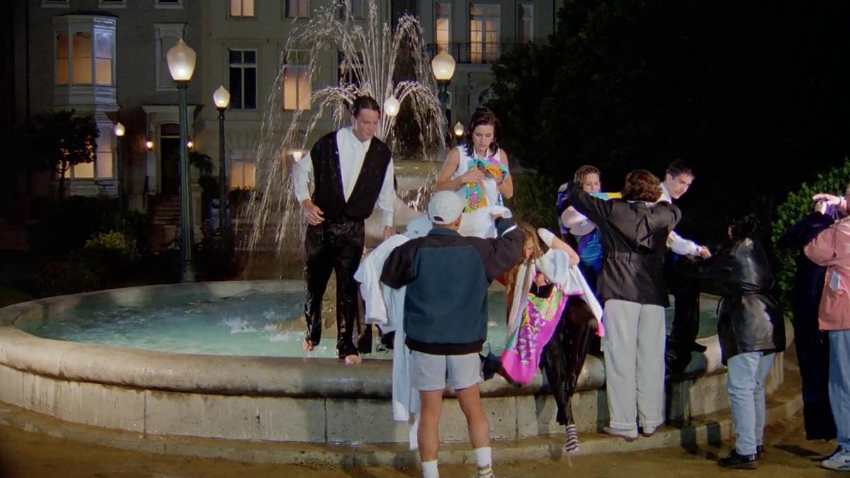 Verlos salir de la fuente ya fuera de rodaje fue otro de los momentazos de Friends