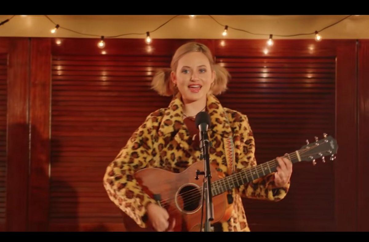 Fotograma del nuevo vídeo de Katy Perry con una chica tocando la guitarra
