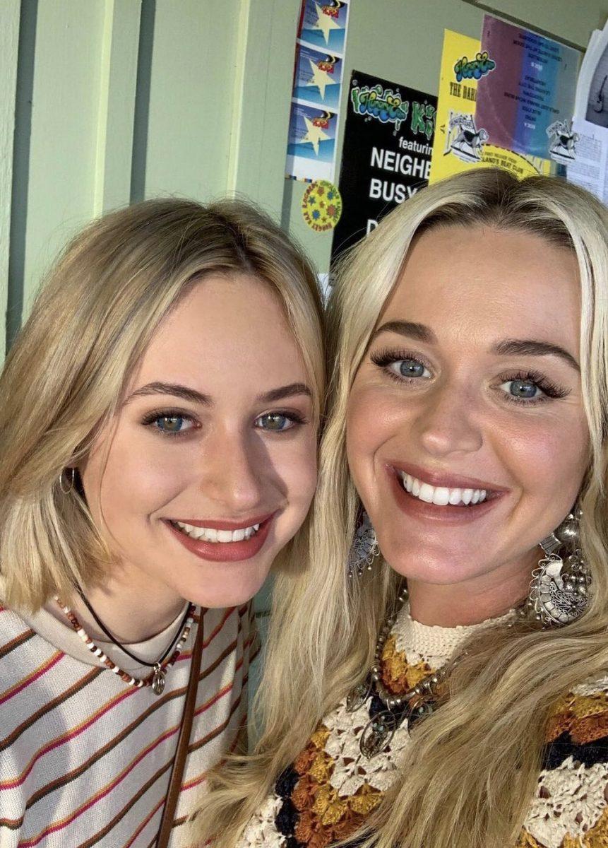 Katy Perry junto a la chica que hace de ella de joven