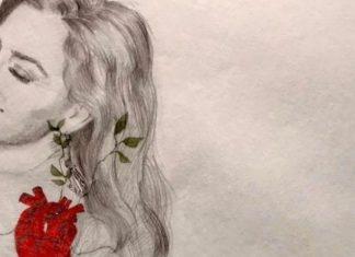 Belén López muestra regalo artístico de una amiga