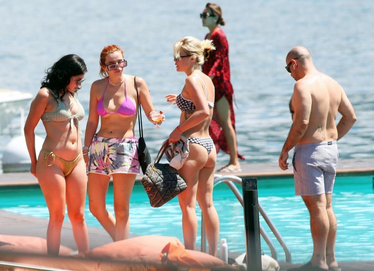 Bella Thorne con un bikini morado disfruta de vacaciones en el lago de Como
