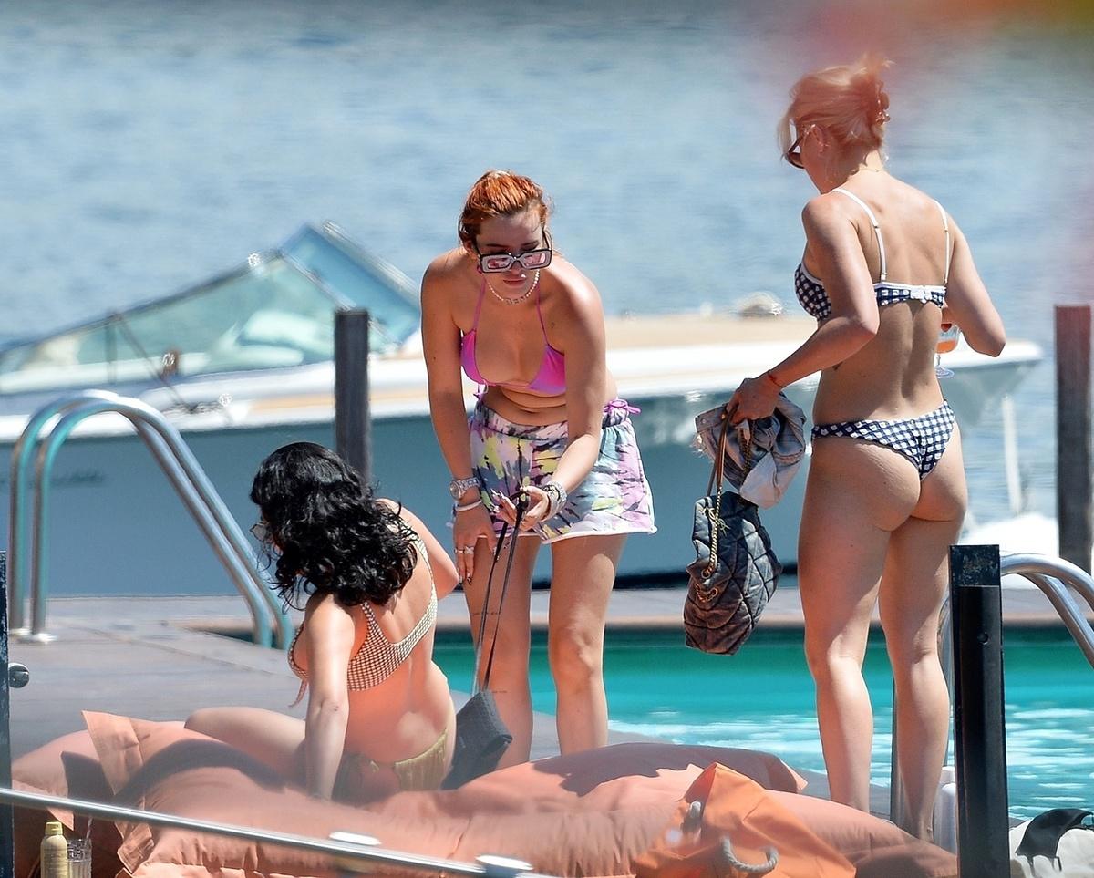 Bella Thorne junto a su hermana en el lago de Como Italia