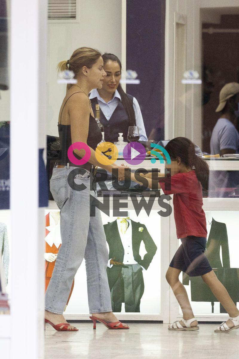 Monica Hoyos con la hija del Señor Sánchez, su novio
