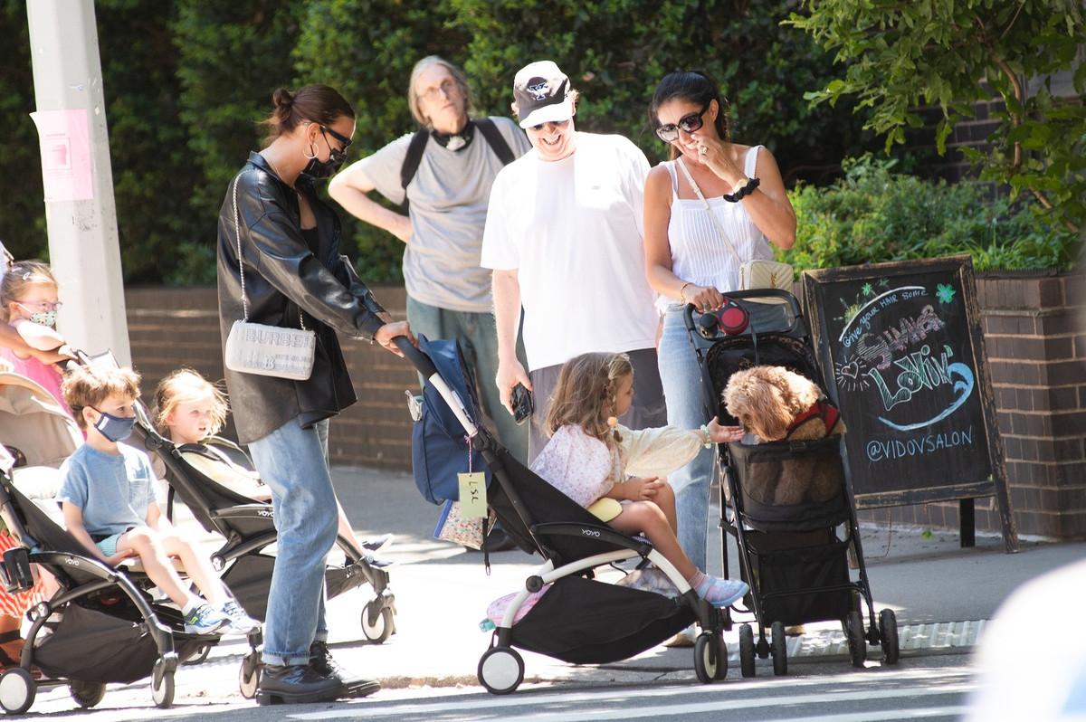 El look de Irina Shayk para pasear a su hija