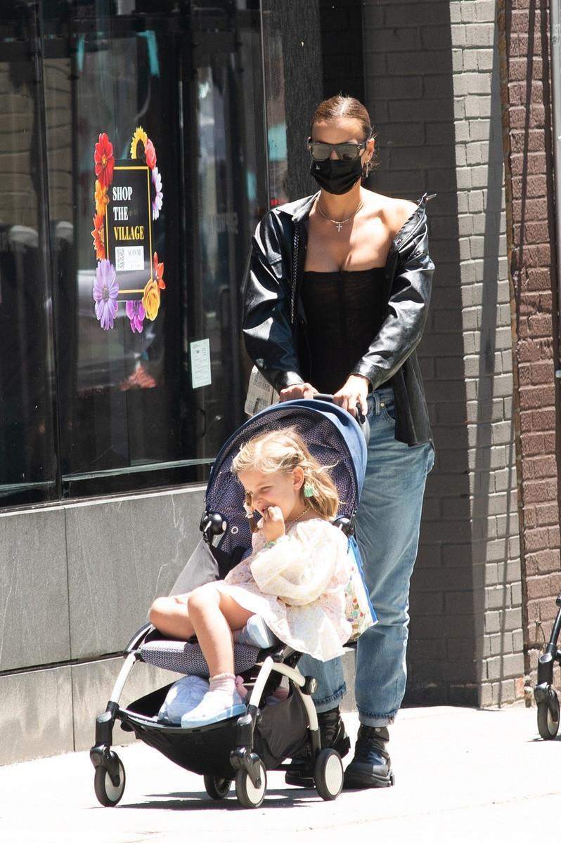 Así es el look de Irina Shayk para pasear a su hija