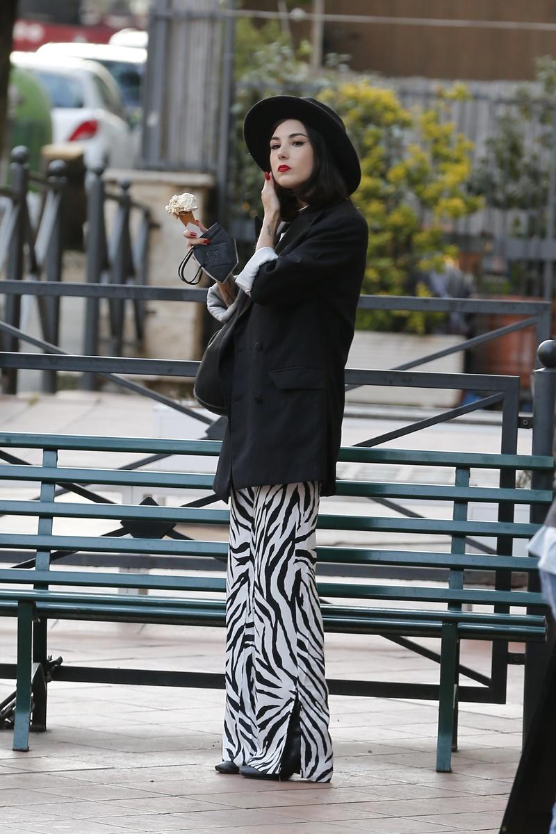 Uno de los looks de la novia de Damiano David: Giorgia lleva blazer, pantalón, botines y sombrero