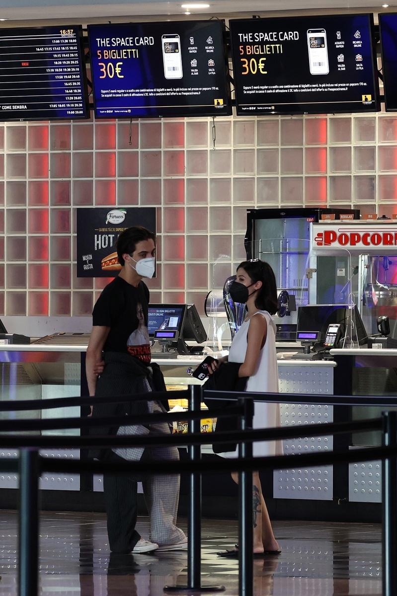 Damiano y su novia en la cola del cine