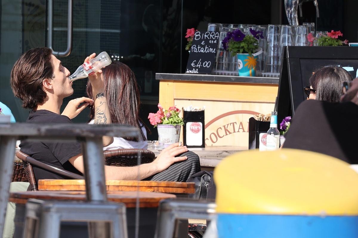Damiano David, con su novia en una terraza