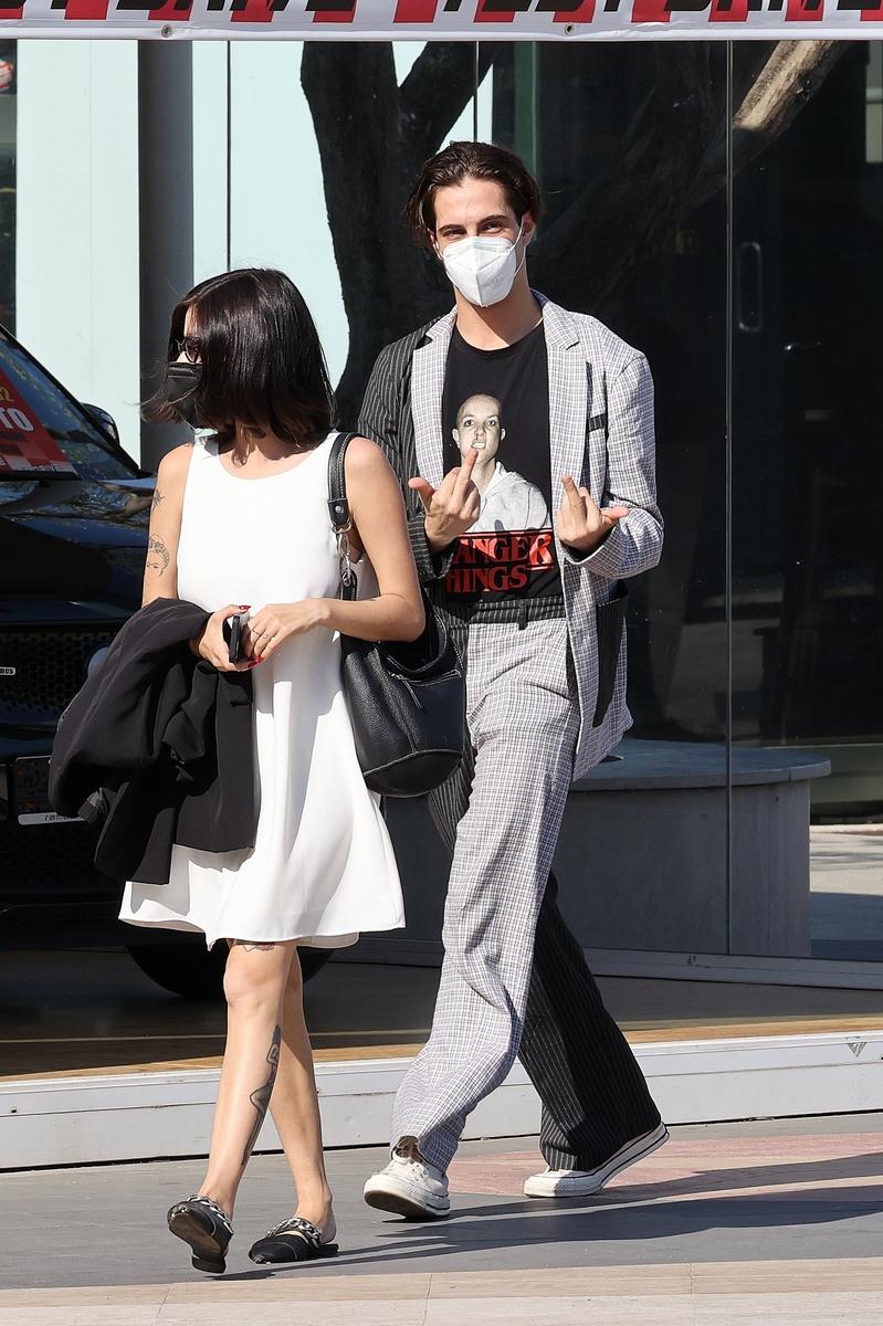 En esta foto se aprecia el mensaje en la camiseta de David Damiano, que pasea con su novia