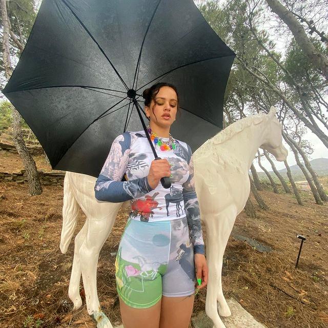 Rosalía usa chupete