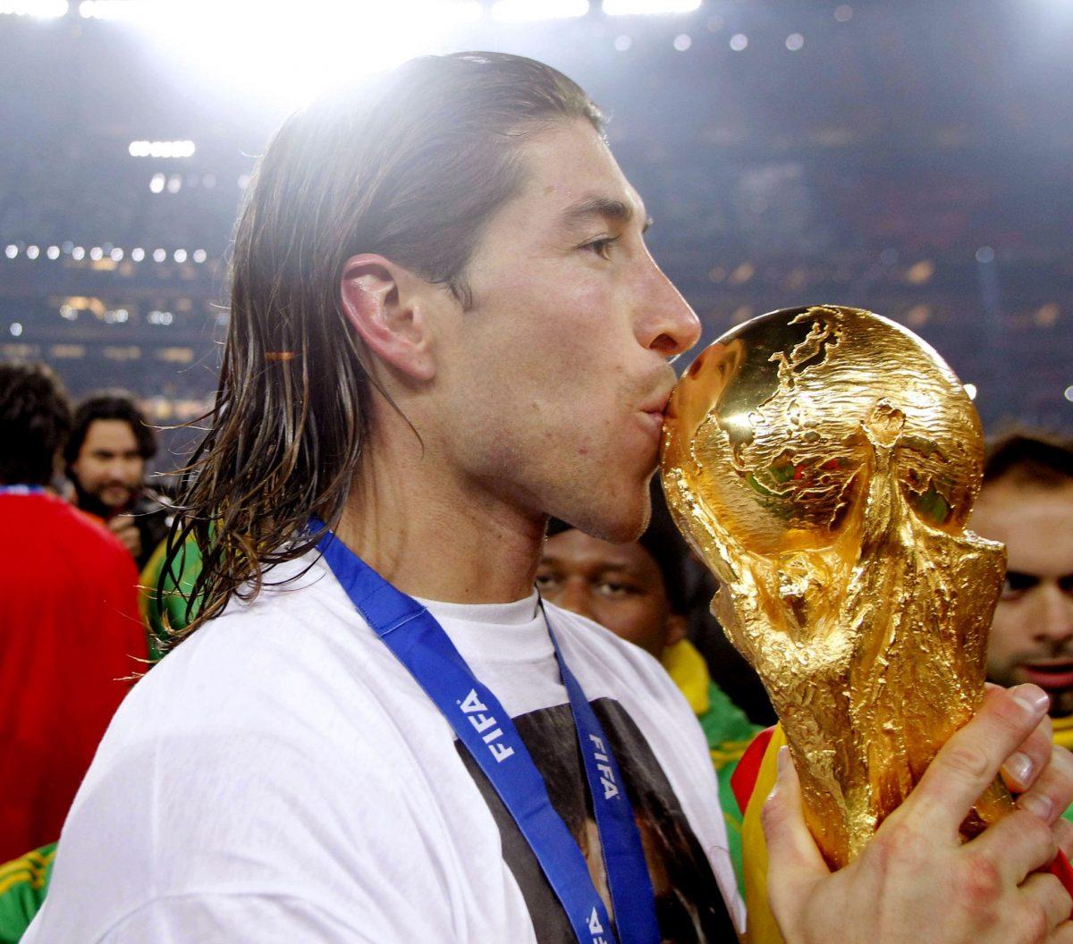 Sergio Ramos besando la copa del Mundial
