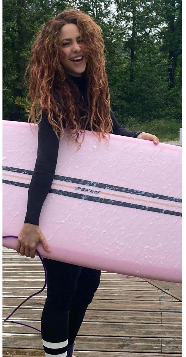 Shakira hace surf
