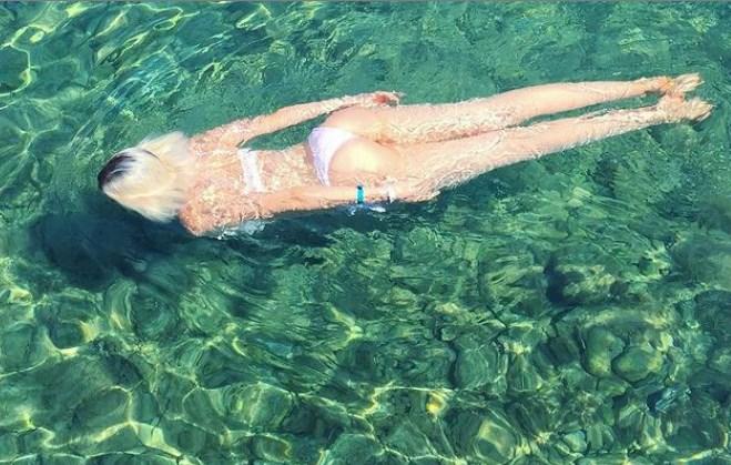 Adriana Abenia con bikini blanco