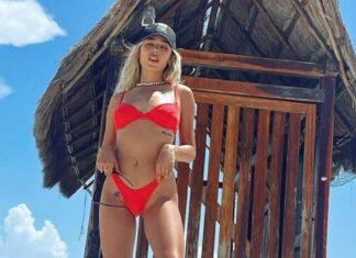 Danna Paola en bikini rojo