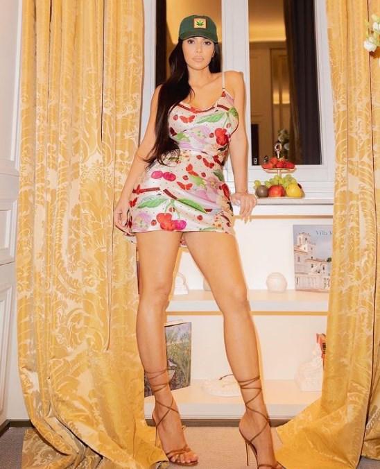 Kim Kardashian en mini bikini morado está mejor que nunca
