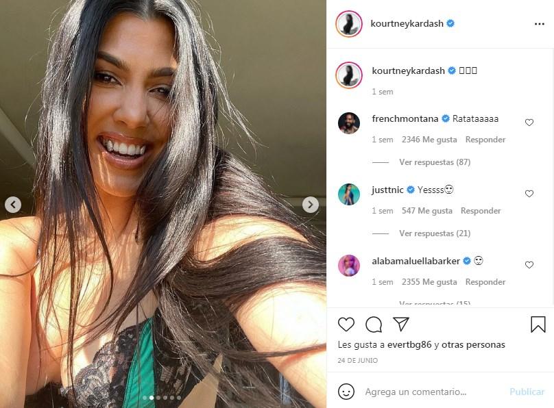 Kourtney Kardashian presume dientes de vampiro con diamantes