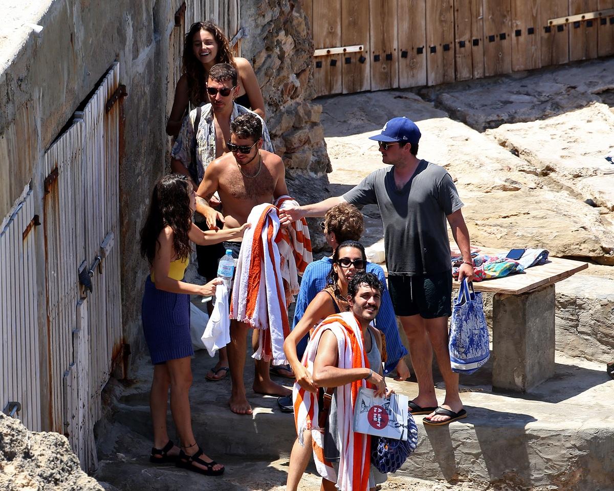 Josh, su novia, Claudia Traisac, y sus amigos