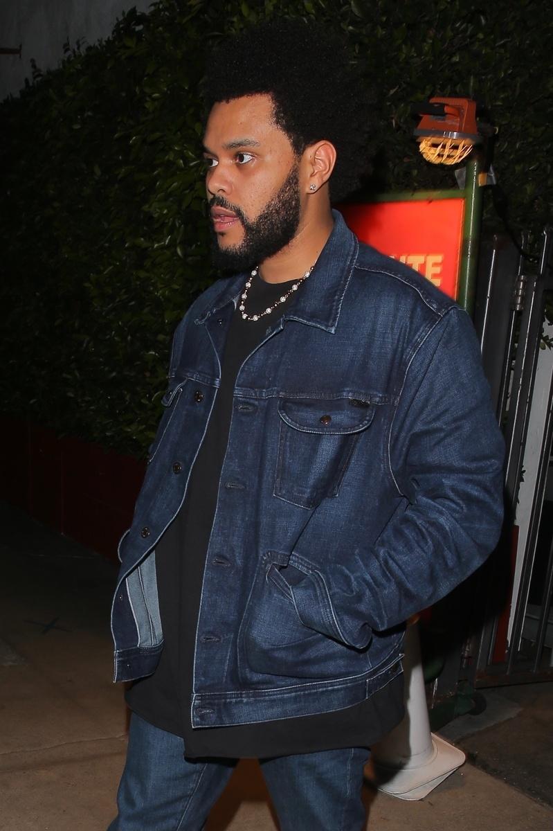 Salida del restaurante de la cita de Angelina Jolie y The Weeknd, en la foto