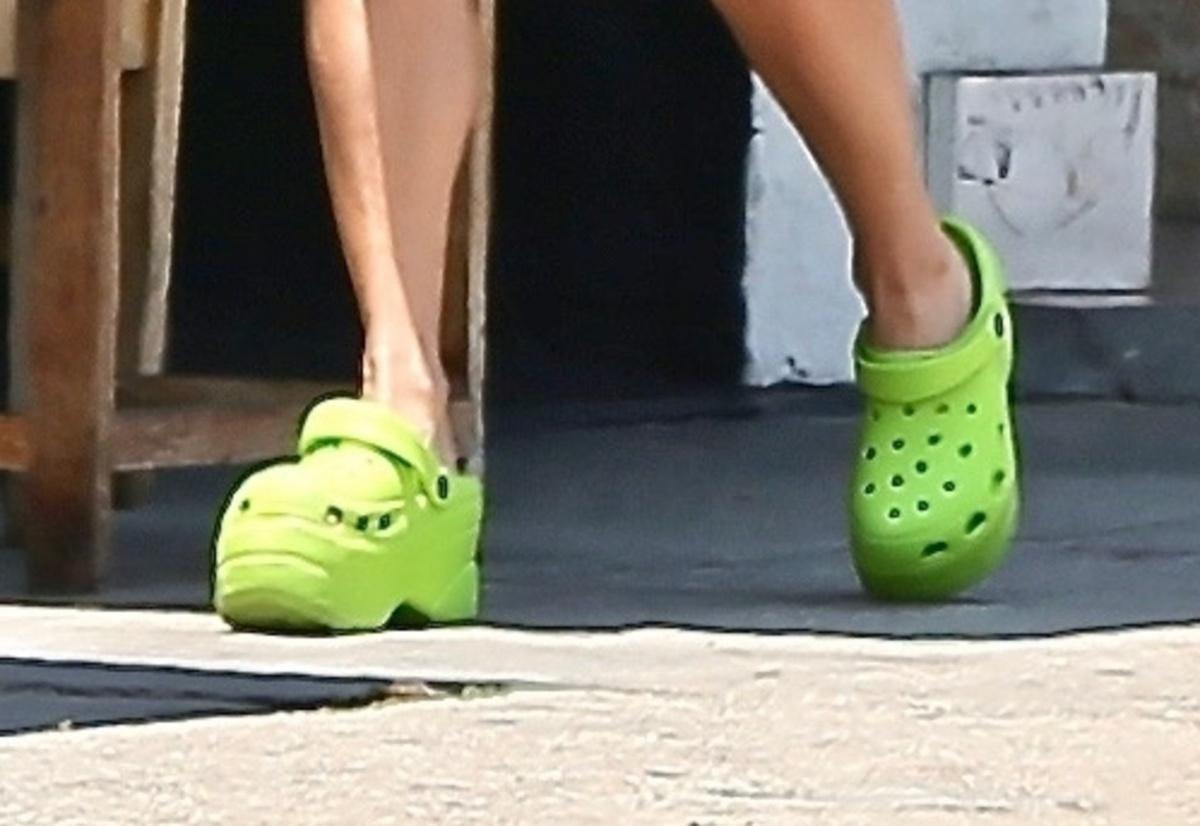 Crocs de Vanessa Hudgens, verdes y con plataforma