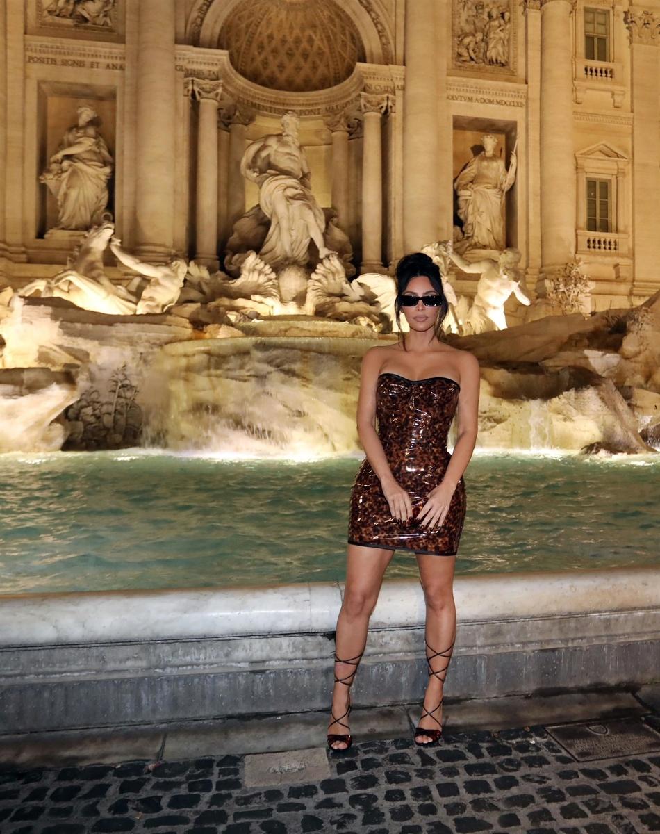 Kim Kardashian en Roma junto a la Fontana di Trevi