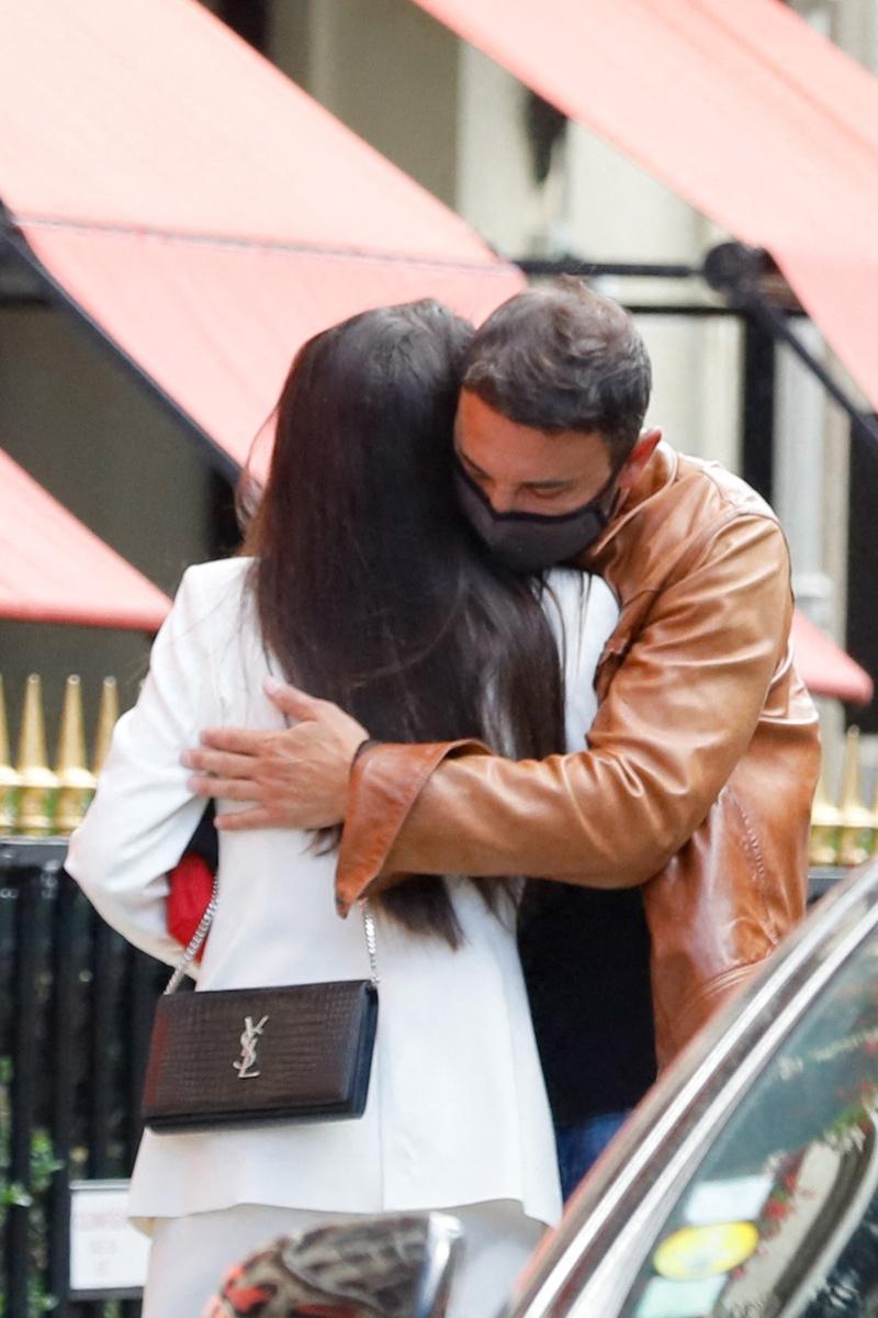 Carla Barber abraza a un amigo en París