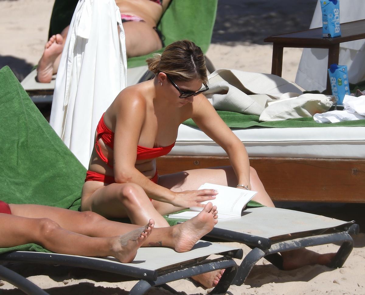 Andrea Duro leyendo al sol