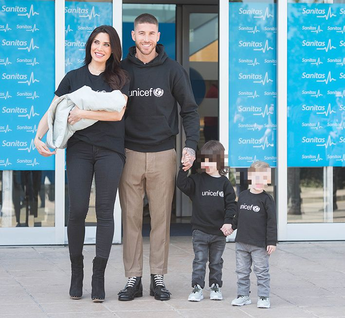 Pilar Rubio, su marido y tres de sus hijos