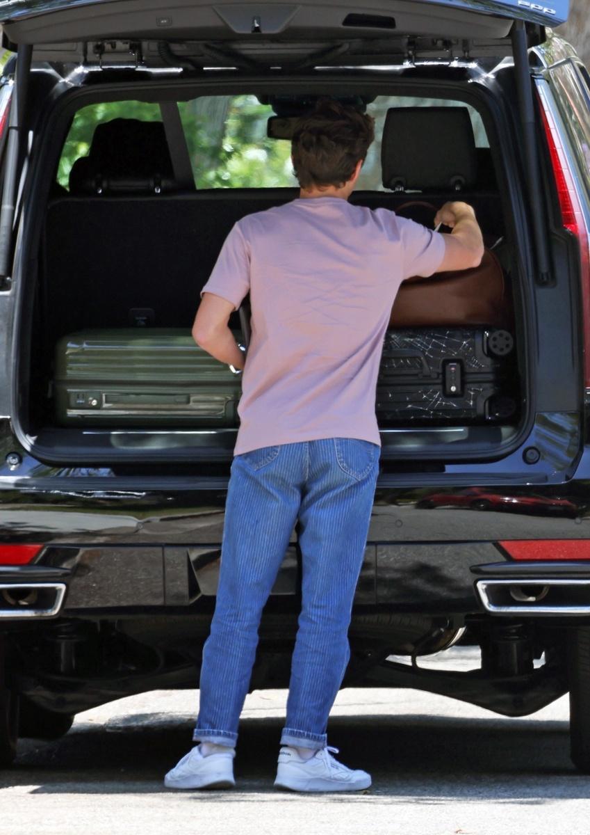 Cogiendo una bolsa del maletero