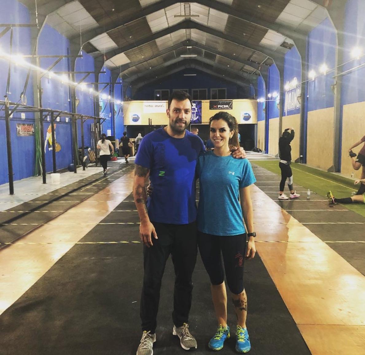 Ana Francisco con un entrenador de crossfit