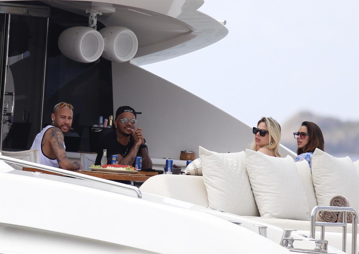 Neymar con un amigo y dos chicas