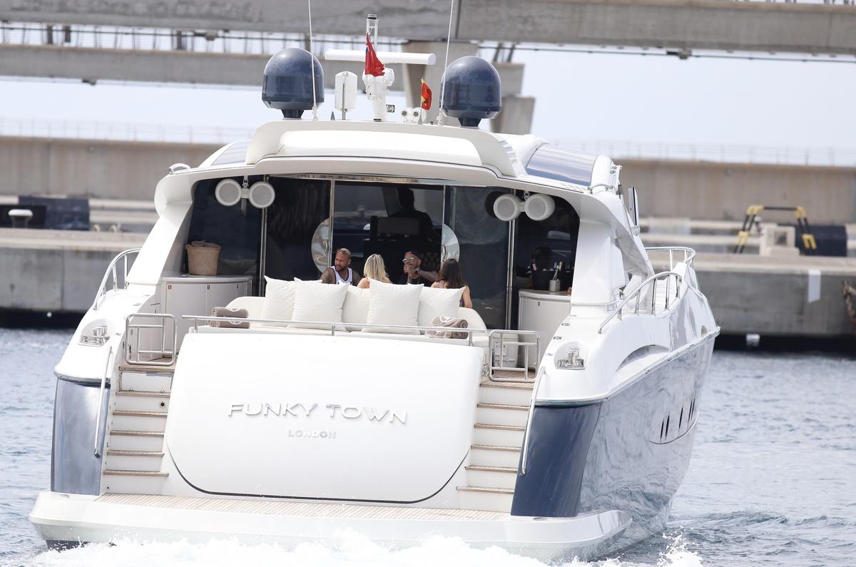 El yate con neymar, un amigo y las parejas de ambos a bordo