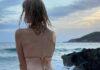 Adriana Abenia en bikini arrodillada en la playa