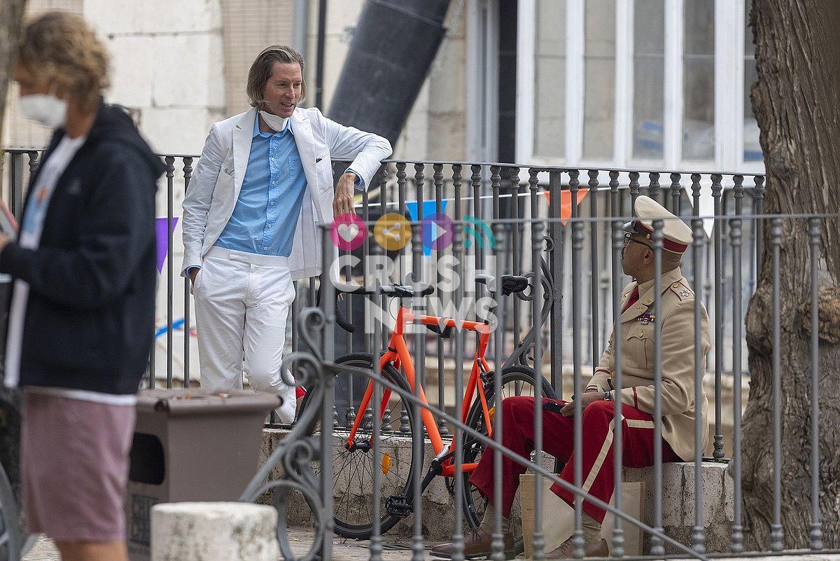 Wes Anderson charla con uno de los actores