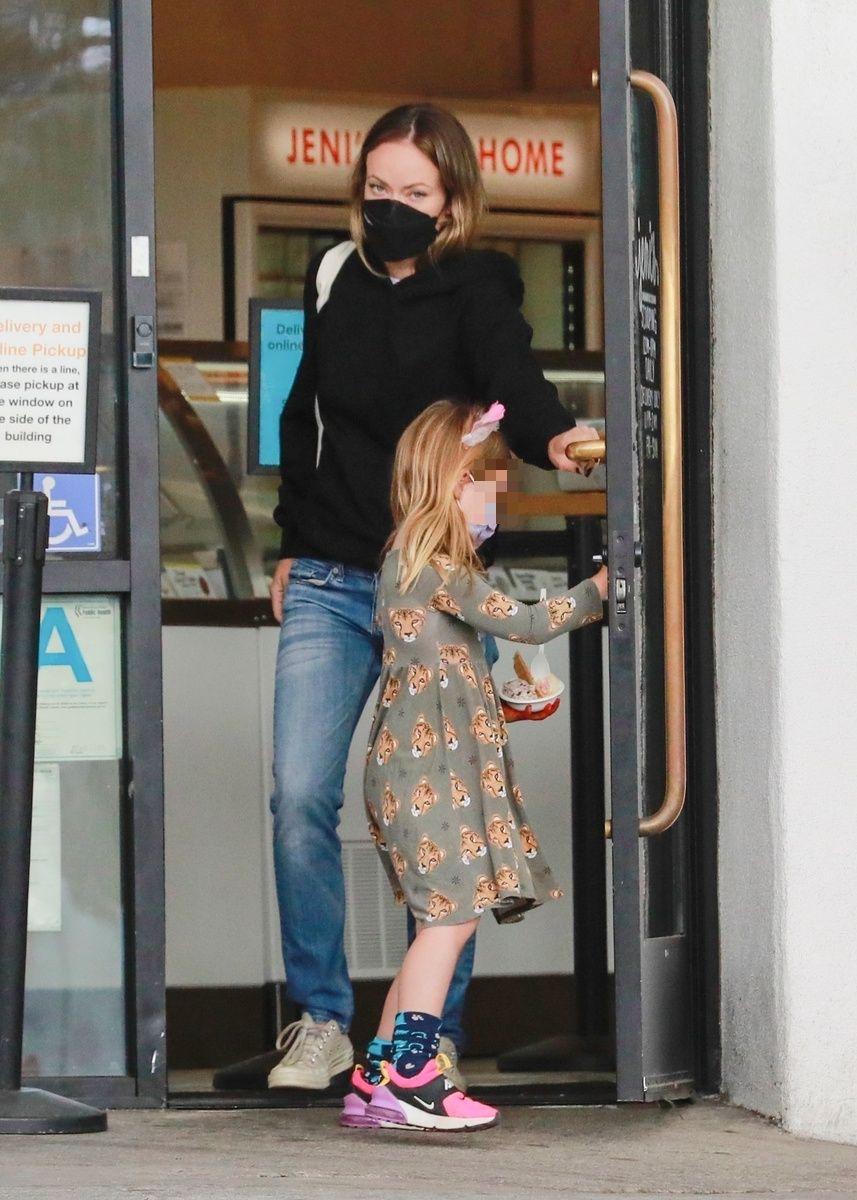 Olivia Wilde sale de la heladería con su hija Daisy