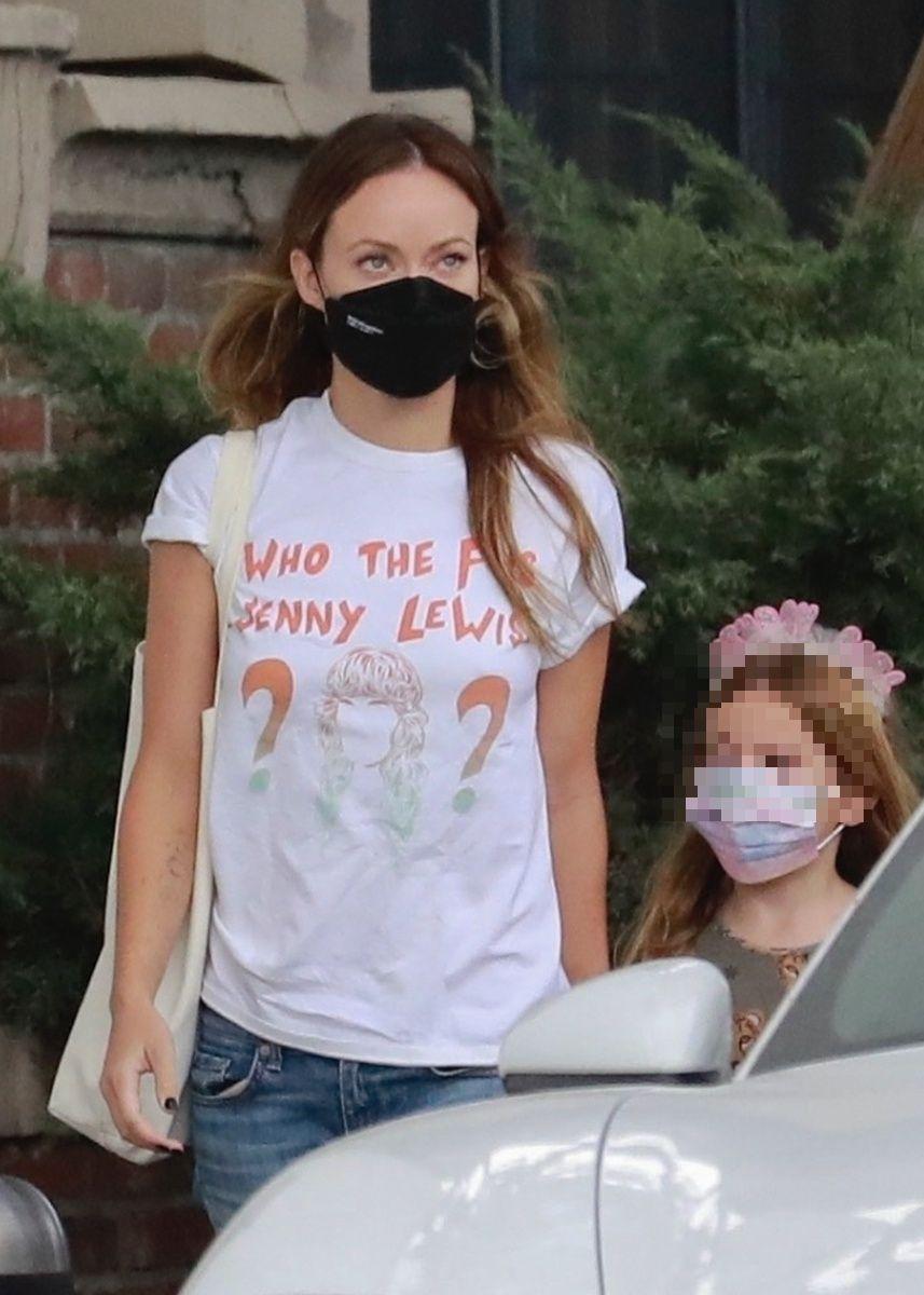 La camiseta de Olivia Wilde, que vemos en la foto, dice 'who the f is Jenny Lewis'