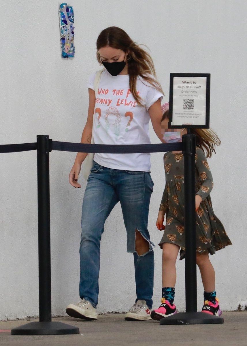 Olivia Wilde y su hija en la calle