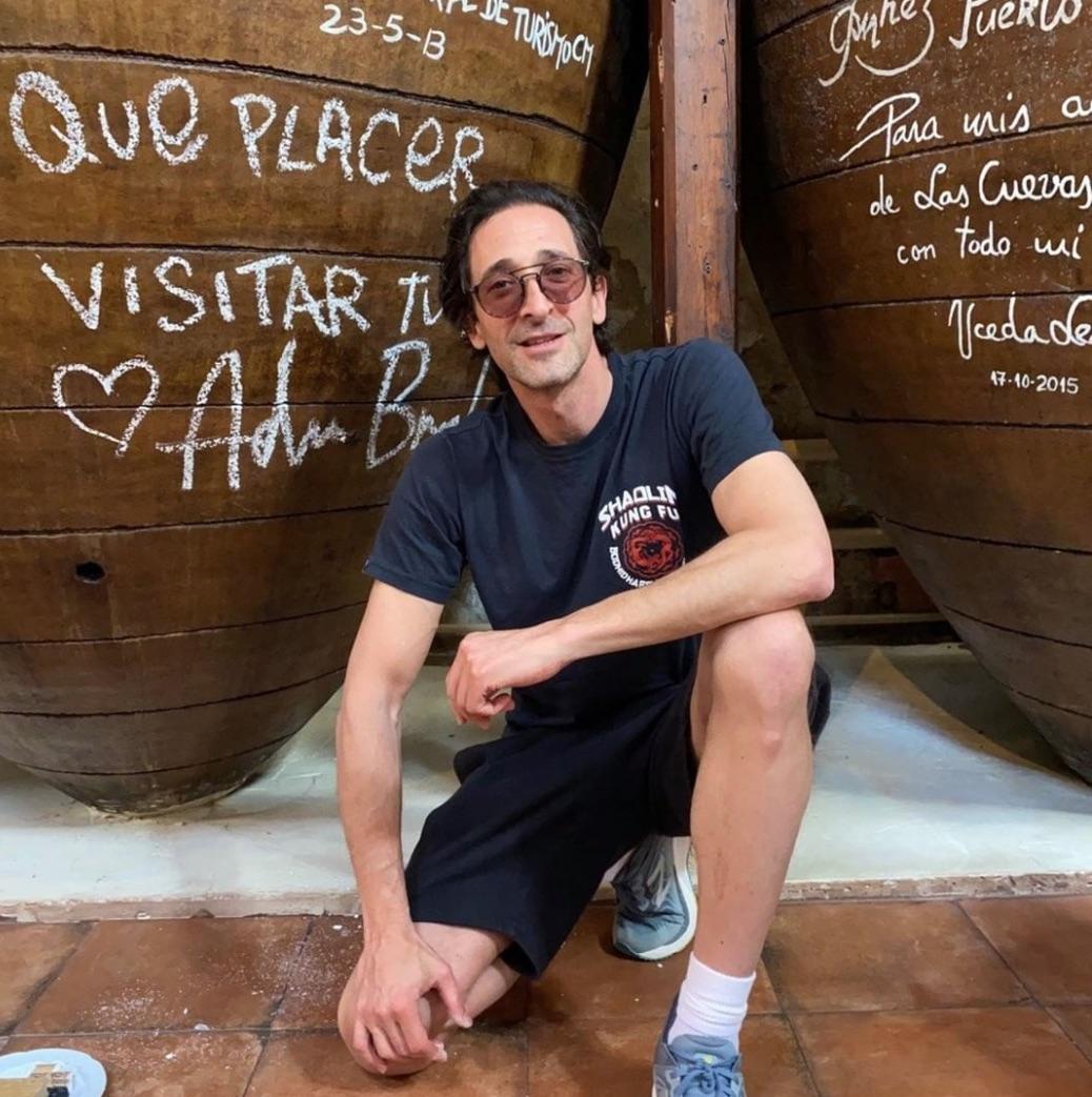 Adrien Brody posando para un mesón en Chinchón