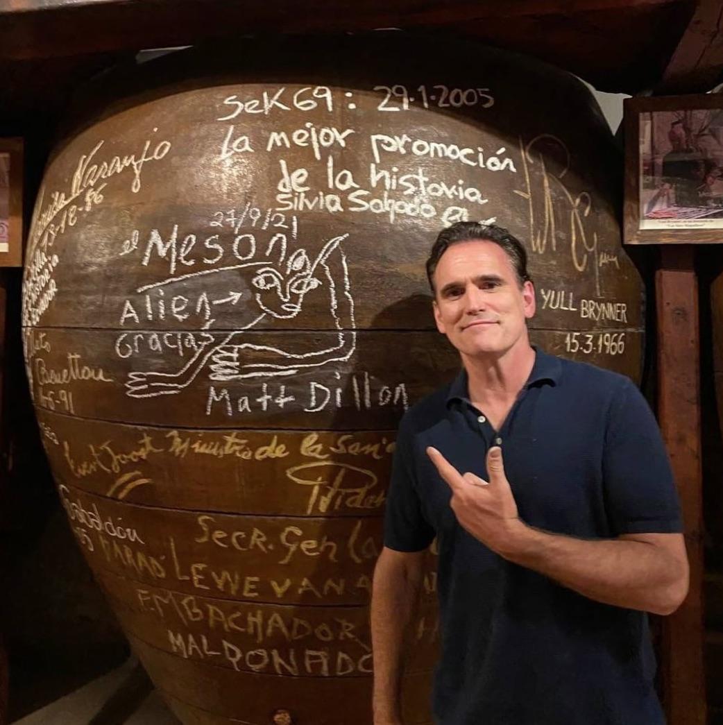 Matt Dillon junto a su firma en un barril en el Mesón Cuevas del Vino