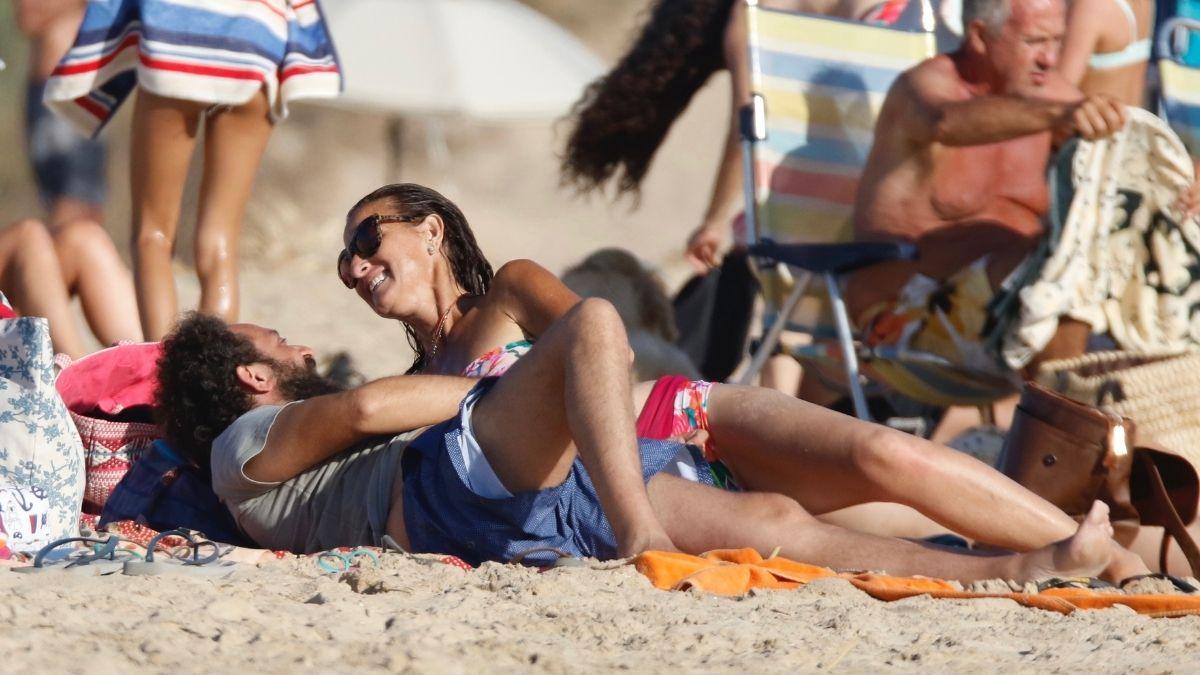 Belén López en la playa con su novio, tumbados
