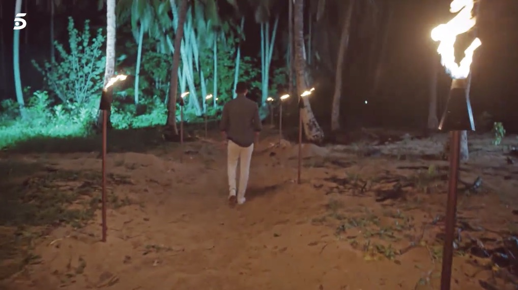 Christofer camina hacia la playa en La isla de las tentaciones