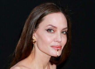 Primer plano de la actriz, donde se aprecia la joya en la barbilla de Angelina Jolie