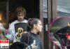 Dele Alli y María Guardiola salen de un local. A la derecha, María saliendo de un coche