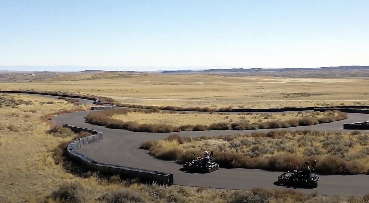 Pista de karts del rancho con dos coches circulando