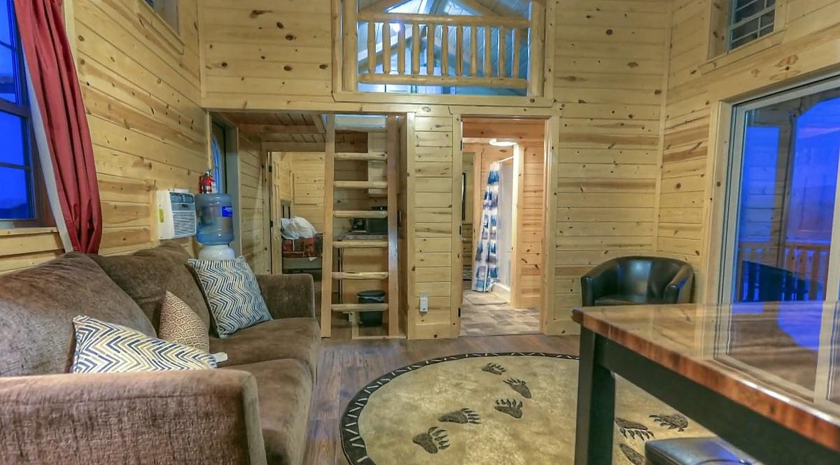 Una de las salas, con una alfombra con estampado de garras de oso