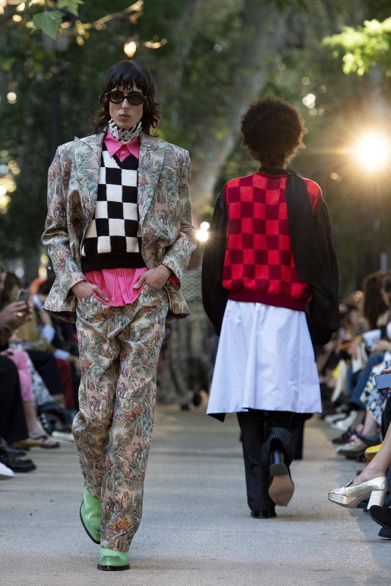Modelo desfilando para Palomo Spain, con traje estampado y botines verdes